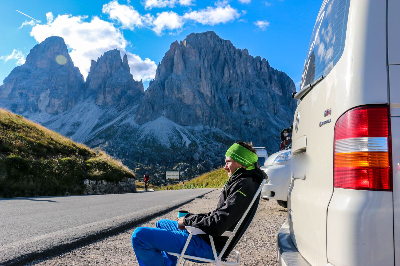 Sandro hinter seinem VW Bus sitzend im Campingstuhl am Passo Sella