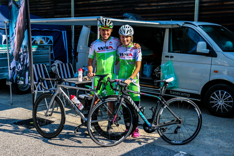 Anja und Sandro vor dem Renne vorm VW Bus, Hitzendorf