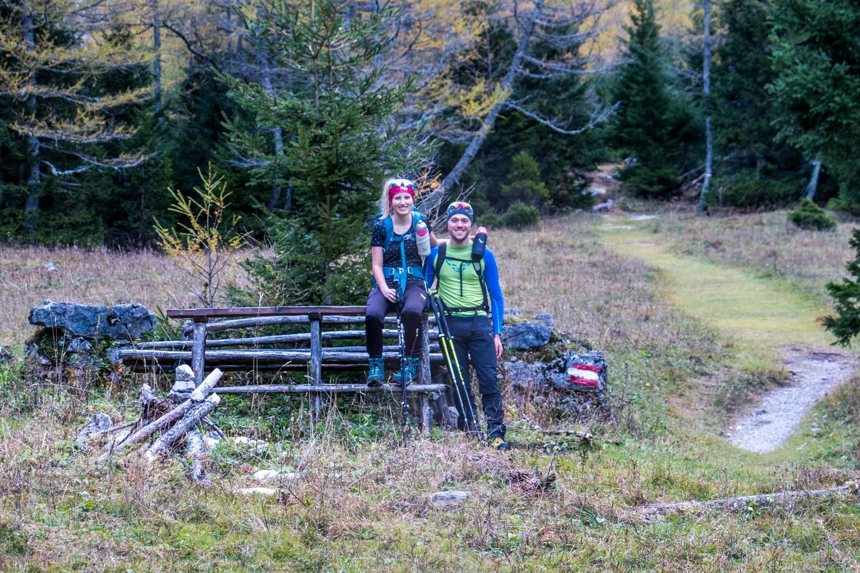 Anja und Sandro sitzend auf einer Bank, Hochschwab