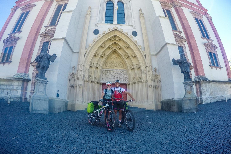 Anja und Sandro vor der Basilika Mariazell 2.0