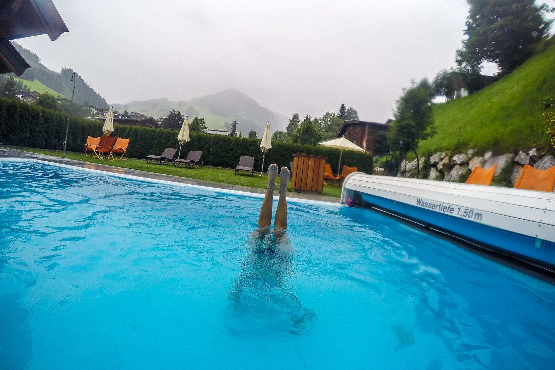 Anja mit einem Unterwasser-Handstand, Saalbach Hinterglemm