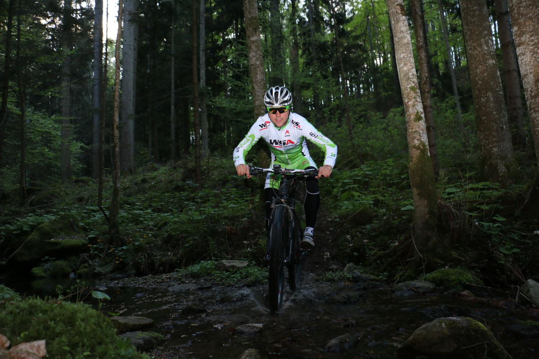 Sandro mit dem Bike mitten im Wald, Training