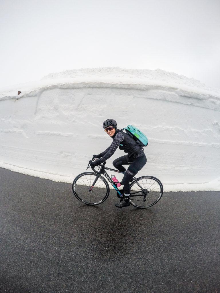 Bikepacking zum Großglockner: Kurz vor dem Hochtor werden die Schneewände an der Großglockner Hochalpenstraße höher
