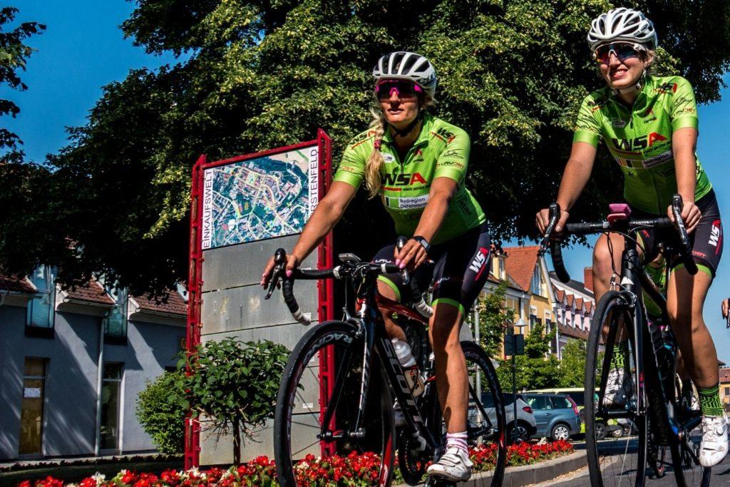Zwei Damen beim Rennradfahren in Fürstenfeld, Oststeiermark