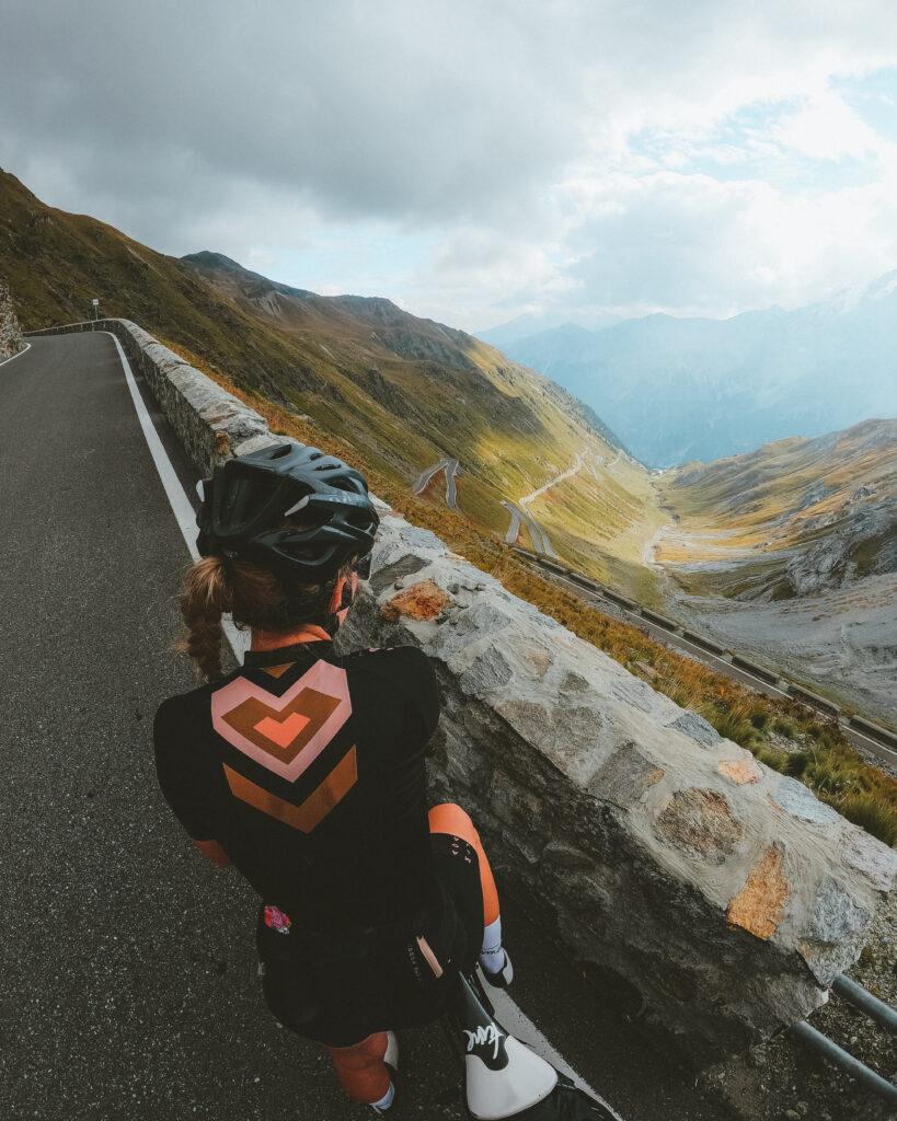 Anja auf dem Rennrad mit Blick hinunter auf die zahlreichen Kehren der Stilfser Joch Passstraße